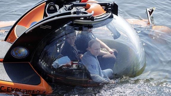 Putin taucht mit einem Forschungs-U-Boot