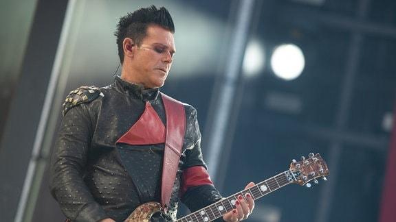 Richard Kruspe, Leadgitarrist von Rammstein, tritt beim Konzert der Band Rammstein in der HDI-Arena auf.