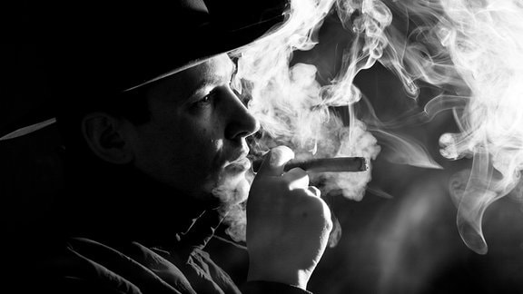 Schwarz und Weiß Bild eines Rauchers
