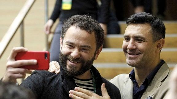 Oleksandr Dubinsky und Mykola Tyshchenko posieren für ein Selfie