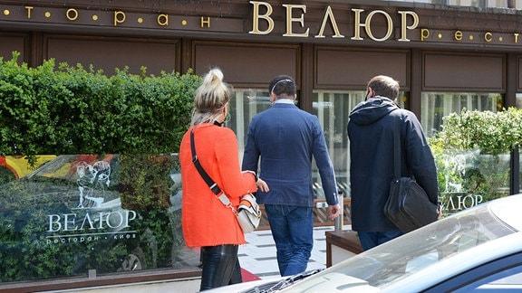 Menschen vor dem Eingang des Restaurants Volour in Kiew.