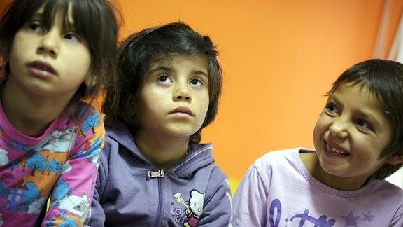 Portraits kleiner Mädchen, aufgenommen in einem Jugendzentrum fuer Roma-Kinder in Belgrad. 2015