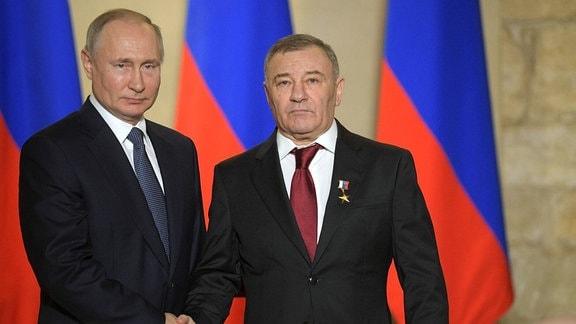 Der russische Präsident Wladimir Putin (links) verleiht dem Stroygazmontazh-Besitzer Arkadi Rotenberg für den Bau der Brücke über die Meerenge von Kertsch einen goldenen Stern des russischen Helden der Arbeit (März 2020).