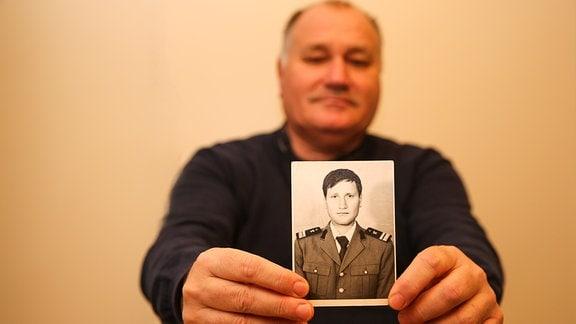 Dorin Carlan, Mann zeigt Foto aus seiner Jugend