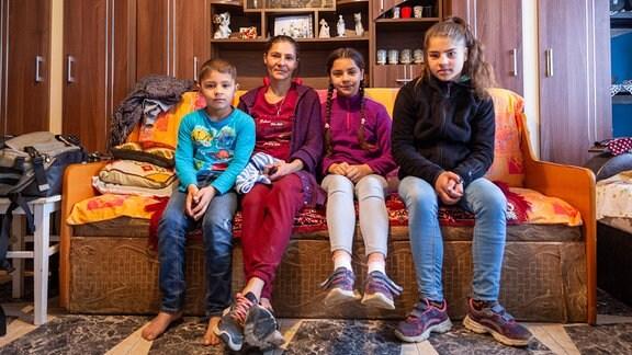 Mutter mit ihren Kindern in Rumänien in ihrem Zimmer
