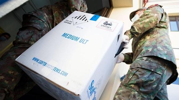 Kiste mit Impfstoff wird entladen.