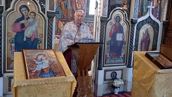 Priester Stelian Tofona bei einer Predigt