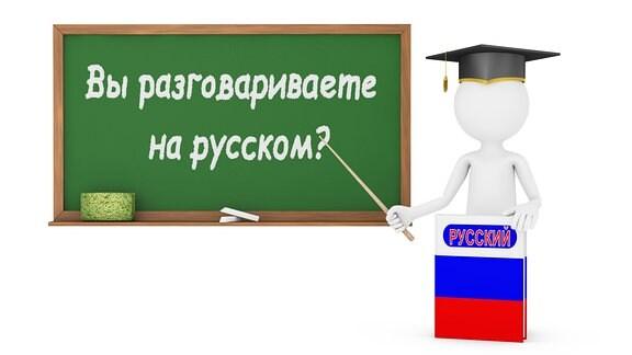 Mann, Russischbuch mit Flagge, Tafel mit Aufschrift : Sprechen sie russisch?