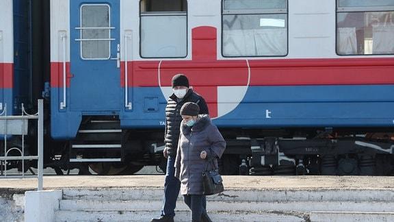 Zwei Menschen vor einem Zug