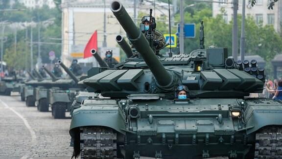 T-72B3-Panzer rollen vor einer Probe der Militärparade zum 75. Jahrestag des Sieges über Nazideutschland im Zweiten Weltkrieg auf dem Roten Platz in Moskau.