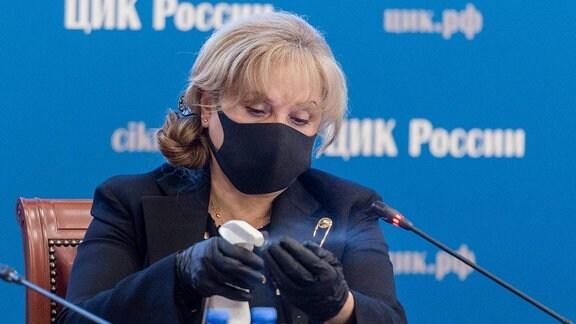 Ella Pamfilova desinfiziert Ihre Hände während eins Meetings