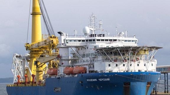 Das russische Pipeline-Verlegeschiff Akademik Cherskiy legt im Faehrhafen Mukran auf Rügen