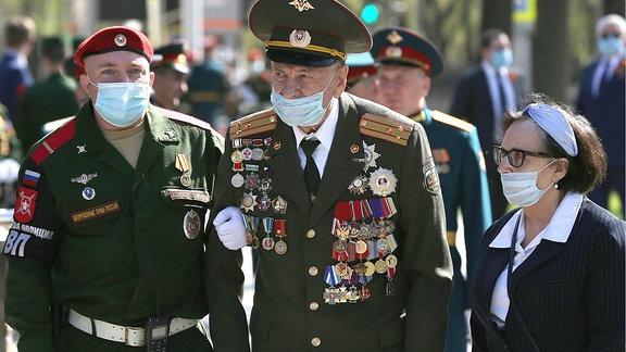 russischer Veteran mit Mundschutz am 8.05.20 in Russland