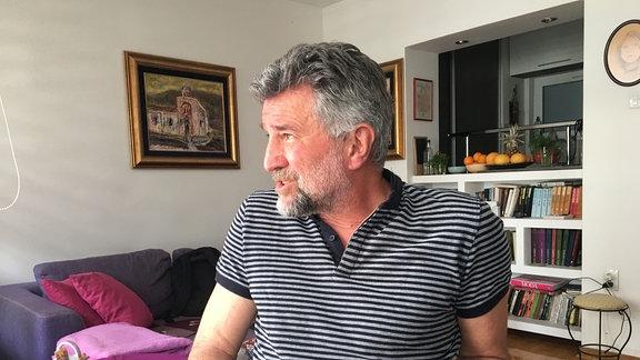 Profil eines älteren Herren mit grauem Bart in Wohnung