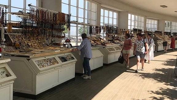 Viele klene Verkaufsstände in einer Passage.