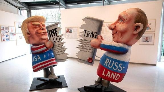 Skulptur mit Donald Trump und Wladimir Putin, die den INF-Vertrag zerreissen