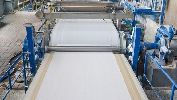 Produktion von Sicherheitspapier bei SPM Security Paper Mill in Štětí, Tschechien