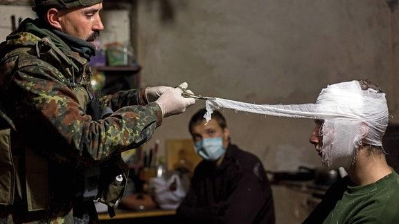 Sanitäter versorgen einen verletzten Kämpfer
