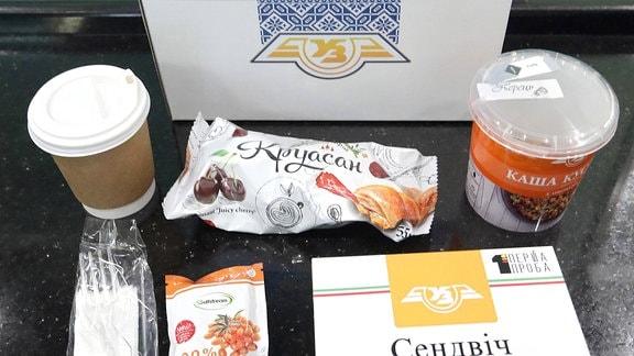Lebensmittel und Getränke aus einer Lunchbox