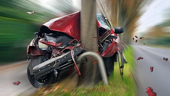 ein Auto nach einem Unfall an einem Baum