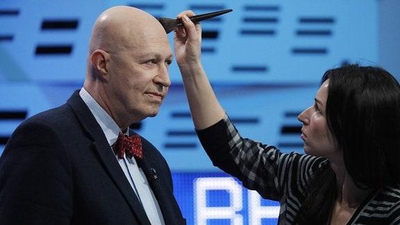 Waleri Solowej wird 2018 vor einem Fernsehauftritt geschminkt