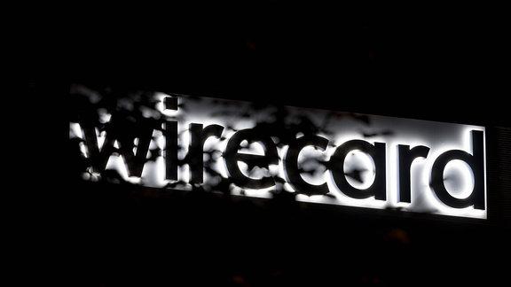 Wirecard Firmenlogo bei Nacht