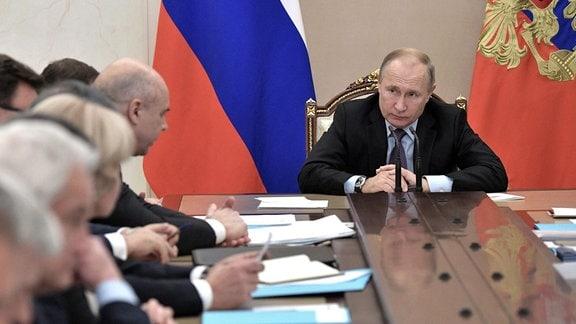 Der russische Präsident Wladimir Putin leitet ein Treffen russischer Regierungsbeamter im Kreml.