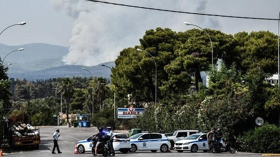 Athen, das Feuer, das am vergangenen Dienstag bei Varibobi in der Gemeinde Acharnes, einem nördlichen Vorort von Athen, wütete und zwischenzeitlich unter Kontrolle war, hat sich am Donnerstag, 5. August 2021 erneut entfacht.