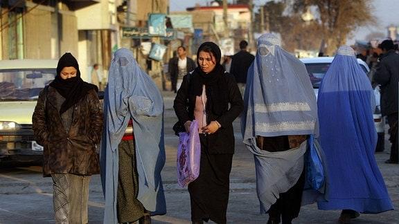 Junge Frauen 2005 auf einer Straße in Masar-e Scharif