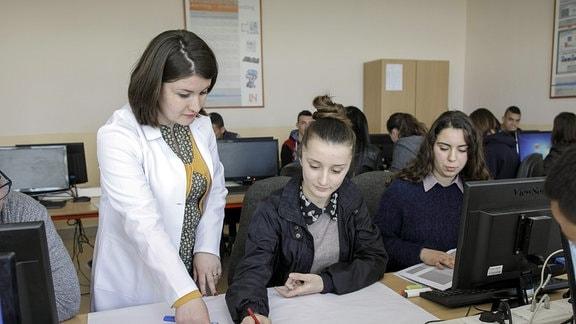 Jugendliche in einer albanischen Berufsschule