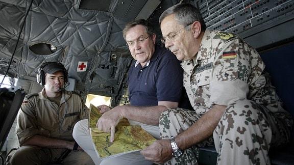 Franz Josef Jung , CDU , Bundesverteidigungsminister (M), und der Generalinspekteur der Bundeswehr, General Wolfgang SCchneiderhahn (r), sitzen im Cockpit einer Transall auf dem Flug nach Kunduz