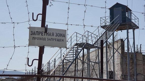 Straflager mit Stacheldraht