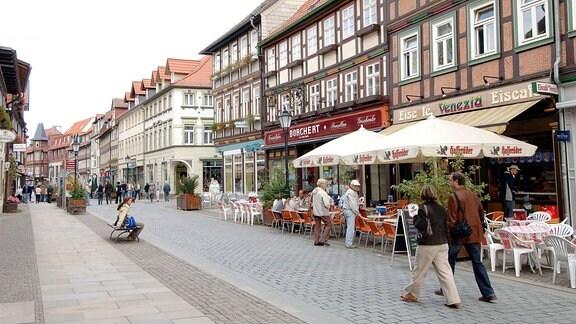 Einkaufsstraߟe mit Cafes in der Innenstadt von Wernigerode.