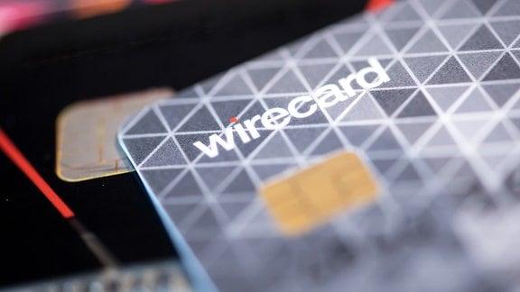 Eine Kreditkarte des Bezahldienstleister Wirecard liegt in einem Showroom des Unternehmens auf einem Tisch