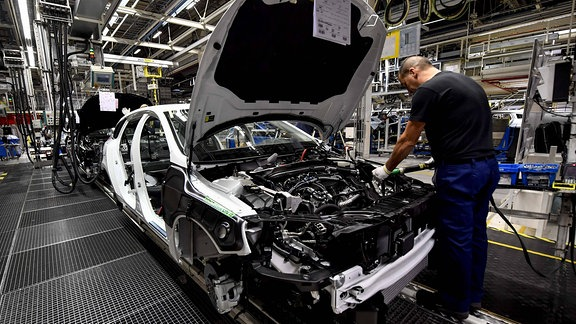 Arbeiter bei der Montage eines Volvo XC40, 2017