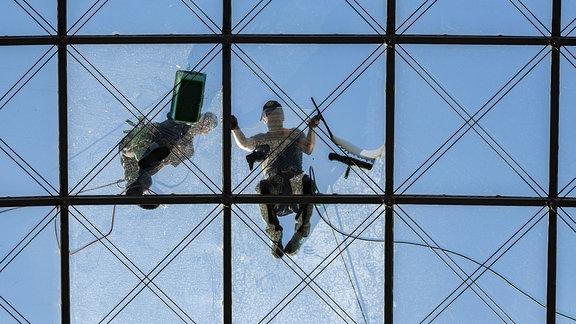 Gebäudereiniger putzen Glasfassade