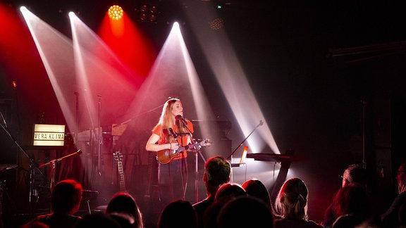 """Vera Klima auf einem Live-Konzert am 28.04.2019 im Erfurter Klub """"Kalif Storch""""."""