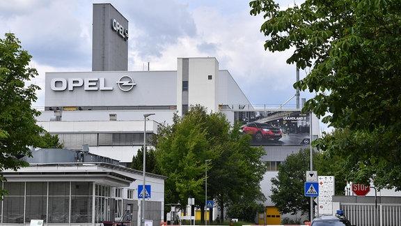Der Eingang zur Automobil-Produktion im Opel-Werk Eisenach