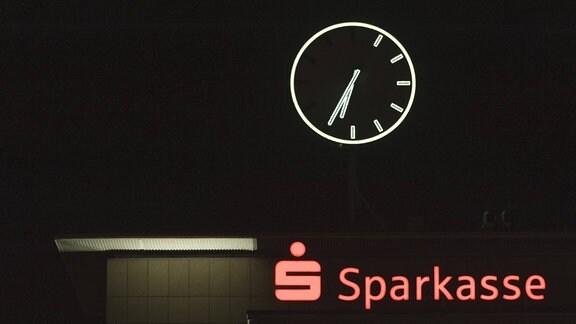 An der Uhr auf dem Dach der Sparkasse am Neumarkt in Saarbrücken leuchten nur die Hälfte der Anzeigen.