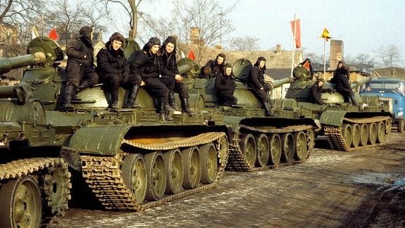 Rotarmisten auf Panzern, 1979 in Wittenberg