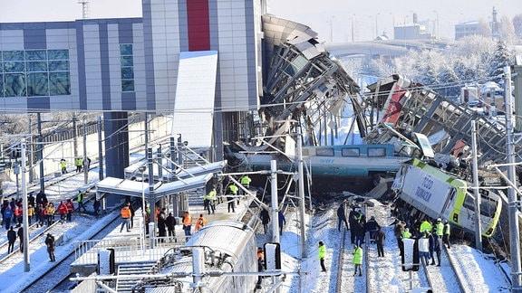 Mehrere beschädigte und entgleiste Wagons an einem Bahnhof in Ankara.
