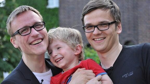 Zwei Männer und ein Kleinkind