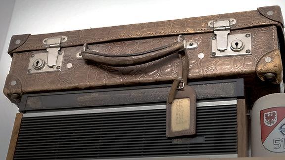 Ein alter Koffer mit Adressschild.