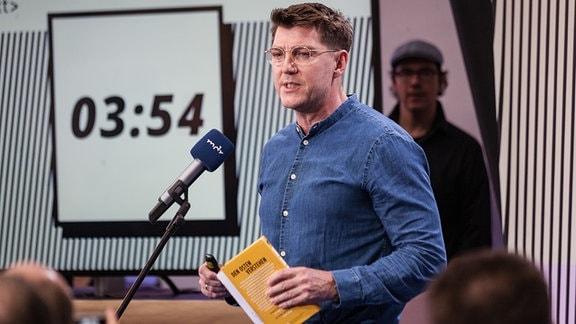 """Leidenschaftlich präsentierte Torsten Amarell aus der Journalistischen Unterhaltung seine Idee """"Wer sind wir""""."""