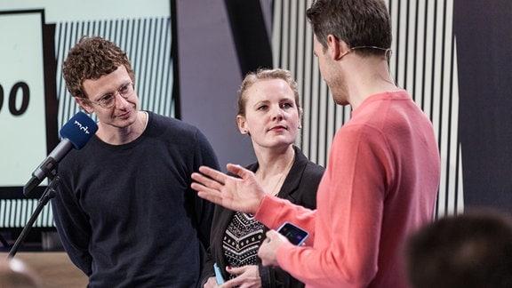 """Bertram Gugel von MDR next gibt die Bühne frei für Christin Bohmann und Piet Felber von MDR aktuell und Ihr Projekt """"The Europeans""""."""