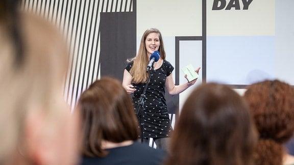 """Frederike Pauli von MDR Wissen präsentierte ihre Idee für das Projekt """"Sei eine Farbe"""", die sie gemeinsam mit Peggy Grundwald entwickelt hat."""
