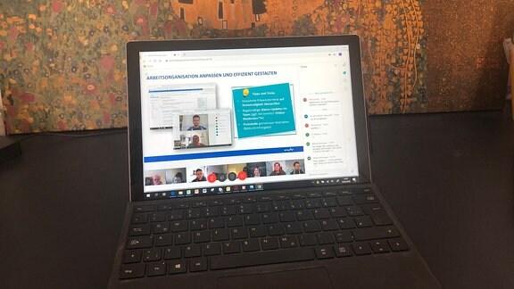Laptop zeigt ein Webinar im ARD-Videokonferenzsystem