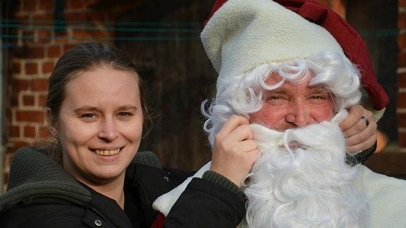 Undine und ihr Vater Torsten in Vorbereitung der Weihnachtsfeier des Fußballvereins