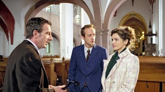 Stefan Ahrens (Heio von Stetten, links) trifft bei der Hochzeit seiner Schwester das erste Mal auf Ulrike Stechlin (Rebecca Immanuel, rechts) und deren Begleitung Wenzel Beck (Stephan Kampwirth, Mitte)