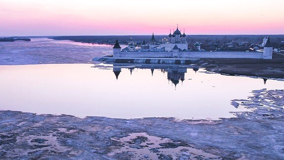 Das weltberühmte Makarjew - Kloster liegt direkt an den Ufern der Wolga.